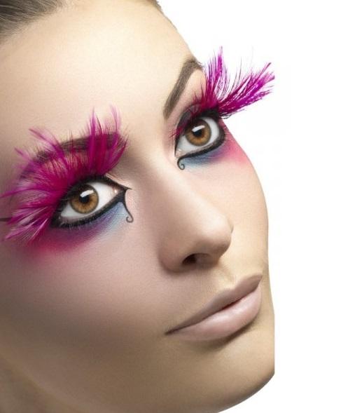 faux cils plumes roses tenue chic détail choc